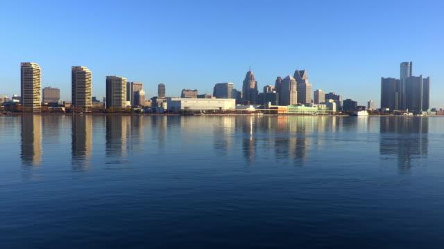 skyline von detroit michigan entlang den detroit river - detroit river stock-videos und b-roll-filmmaterial
