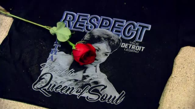 vidéos et rushes de michigan detroit traffic on road and steam rising sign paying tribute to the queen of soul aretha franklin ford mustang car playing 'respect' by... - respect