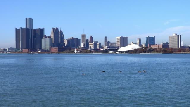 vídeos y material grabado en eventos de stock de horizonte de detroit por los bancos del río de detroit - detroit michigan