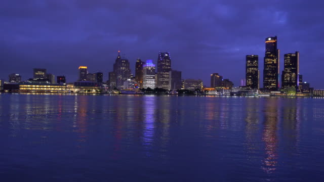 ウィンザーカナダからのサンセットショットでミシガン州のデトロイトのスカイライン - デトロイト点の映像素材/bロール