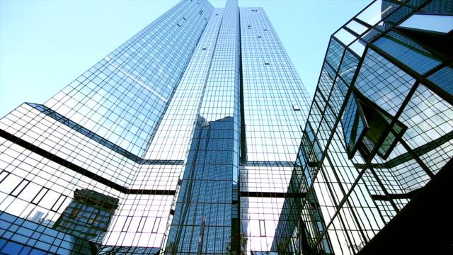 Deutsche Bank edificio en Frankfurt inclinado hacia arriba