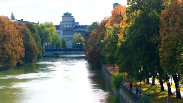 deutsches museum münchen, drohnenaufnahme, aussen - herbst stock-videos und b-roll-filmmaterial