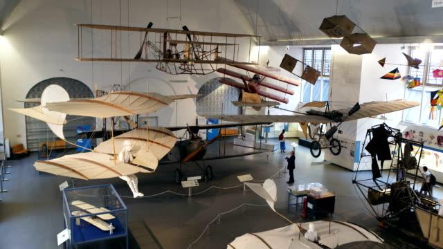 deutsches museum münchen, drohnenaufnahme innen, luftfahrt 2 - museum stock videos & royalty-free footage