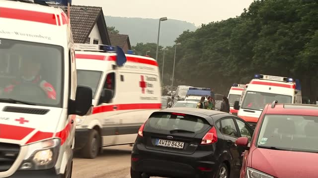 vídeos de stock, filmes e b-roll de devastation from flooding becomes clear as search for victims continues; germany: bad neuenahr-ahrweiler: ext floodwaters with piles of debris and... - alemanha