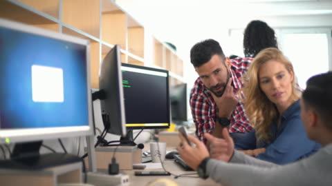 entwickler bei der arbeit. - teaching stock-videos und b-roll-filmmaterial
