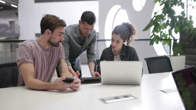 developers working in an office - フリーアドレス点の映像素材/bロール
