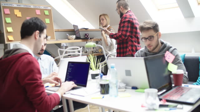 Entwickler arbeiten In ihrem Büro