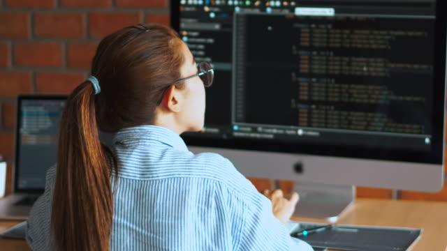 sviluppo di programmi concentrati lettura codici informatici sviluppo progettazione di siti web e tecnologie di codifica. - pagina web video stock e b–roll