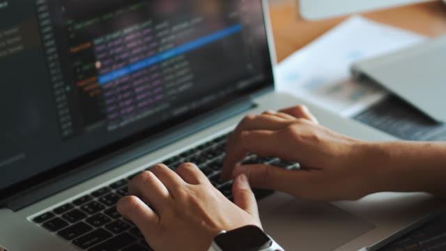 vídeos y material grabado en eventos de stock de desarrollo del programador concentrado que lee códigos informáticos desarrollo de los medios de diseño y codificación del sitio web. - dispositivo de entrada