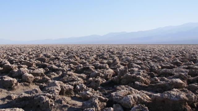 vidéos et rushes de devil's golf course, death valley california - dépression terrestre