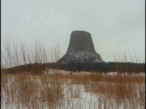 vídeos de stock e filmes b-roll de ms, devils tower in winter, wyoming, usa - ponto de referência natural