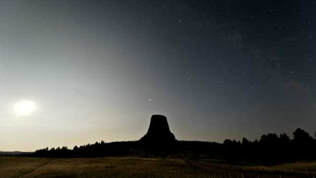 stockvideo's en b-roll-footage met devils tower moonrise, time-lapse - wyoming