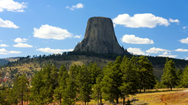 devils tower wyoming national monument mountain black hills - wyoming stock-videos und b-roll-filmmaterial