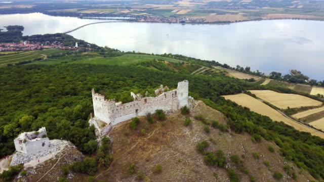 vídeos y material grabado en eventos de stock de ruina del castillo de devin - república checa