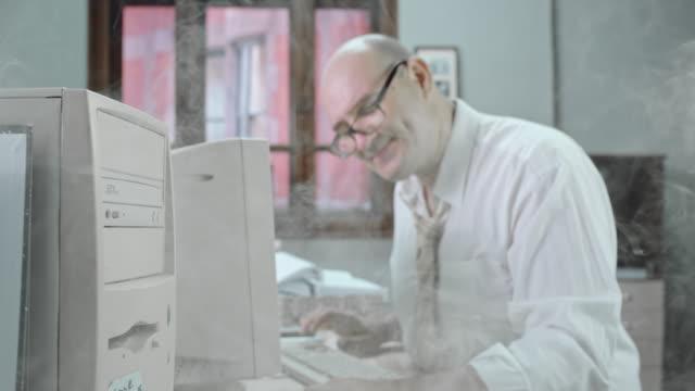 DS Buchhalter Arbeiten am computer sich gefangen in smoke