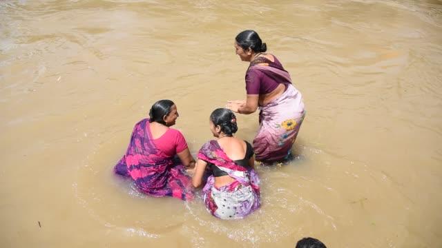 vidéos et rushes de devotee take holy bath at kumbh mela, nashik - fidèle religieux