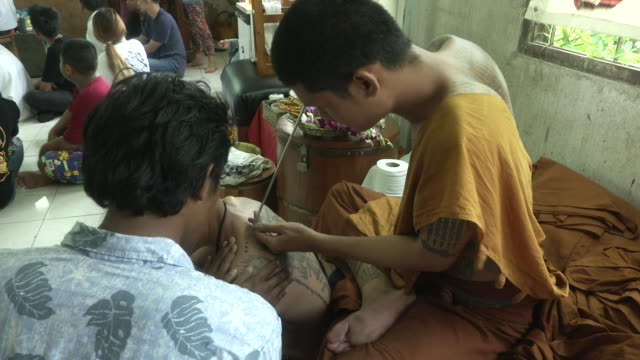 "vidéos et rushes de devotees goes into a trance at the ""wai khru"" ceremony at wat bang phra temple in nakhon pathom. some people go into a trance-like state where they... - buddhism"