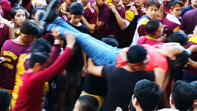 stockvideo's en b-roll-footage met devotees left unconscious at the mammoth sea of crowd during the feast of black nazarene in manila. according to manila disaster management officials... - pelgrim