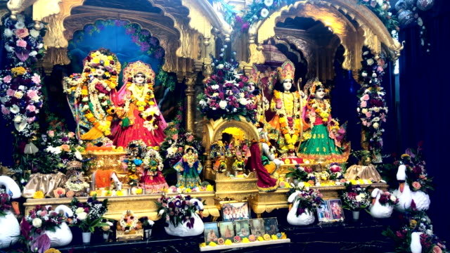 stockvideo's en b-roll-footage met devotees pray at a shrine during the janmashtami festival at bhaktivedanta manor on september 2, 2018 in watford, england. around 70,000 people are... - pelgrim