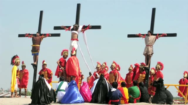 devotees reenacted jesus's crucifixion in gory scenes while millions of other less extreme faithful across the catholic philippines prayed with their... - filippinerna bildbanksvideor och videomaterial från bakom kulisserna