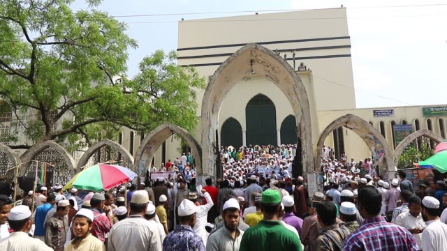 dhaka 22 april 2016 activists of hefajate islam bangladesh a qawmi madrasabased islamist organization on friday protested in front of the baitul... - moschea nazionale kuala lumpur video stock e b–roll