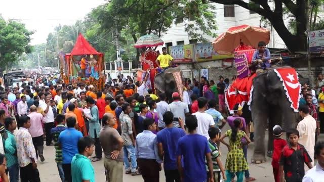 vídeos y material grabado en eventos de stock de dhaka 25 august 2016 bangladeshi hindus take to streets for janmashtami celebrations in dhaka bangladesh janmashtami marks the birthday of hindu god... - krishna