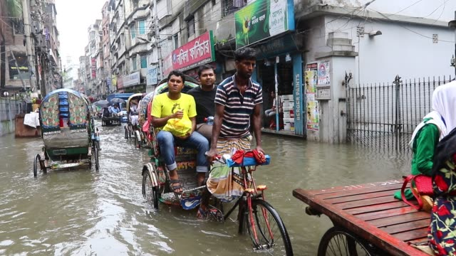 vídeos y material grabado en eventos de stock de dhaka bangladesh 05 july 2017 rickshaw pullers make two lanes for passing through a road in old dhaka heavy monsoon rainwater leads to severe... - bangladesh