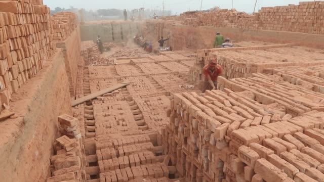 stockvideo's en b-roll-footage met dhaka bangladesh – worker is taking a nap in the brickfield the world is going through a speedy urbanization and bangladesh is not an exception from... - traditie
