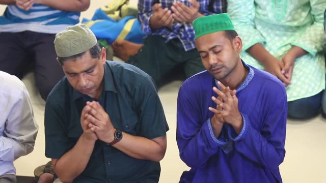 bangladeshi devotees offer noon prayers on the first friday of ramadan at a mosque in dhaka on june 10 2016 islam's holy month of ramadan is... - mittag stock-videos und b-roll-filmmaterial