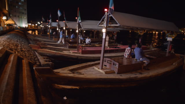 dhow boats at night - dubai creek - ダウ船点の映像素材/bロール