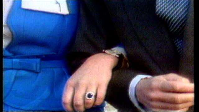 vídeos y material grabado en eventos de stock de di and fashion lib england: london: buckingham palace: prince of wales and then lady diana spencer at photocall after engagement lib st pauls... - tracción de caballos