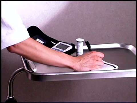 vídeos y material grabado en eventos de stock de diabetes patient recording results - una mujer de mediana edad solamente