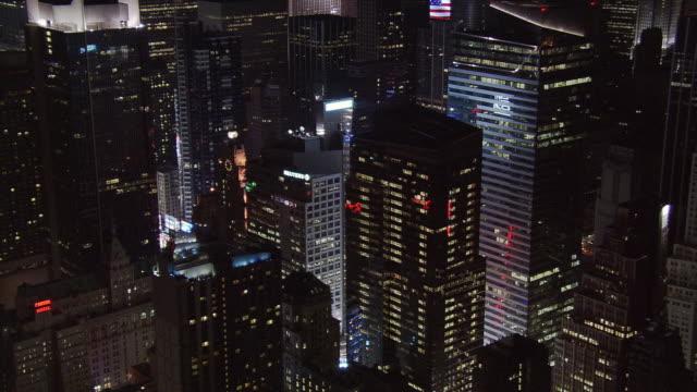 diagonal night flight across times square at reuters. shot in 2005. - artbeats bildbanksvideor och videomaterial från bakom kulisserna