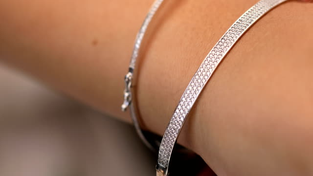 女性のためのダイヤモンド ブレスレット ジュエリー ギフト - 前腕点の映像素材/bロール