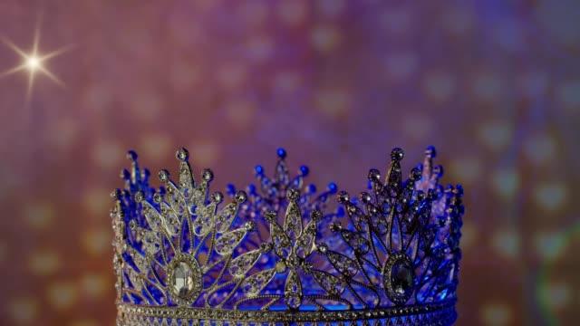 vídeos y material grabado en eventos de stock de corona de diamante para concurso de miss reina de belleza - concurso de belleza