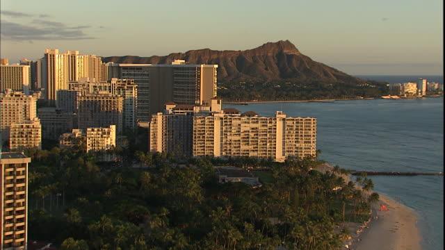 vídeos y material grabado en eventos de stock de diamond head and resorts line waikiki beach along the pacific ocean in oahu, hawaii. - honolulu