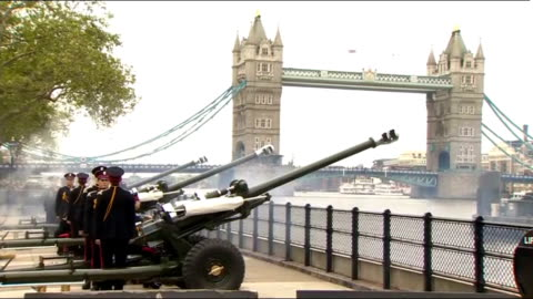 stockvideo's en b-roll-footage met gun salute from tower of london; england: city of london: tower of london ext general views of troops firing l118 light guns in royal salute outside... - salueren