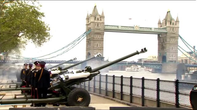 gun salute from tower of london; england: city of london: tower of london ext general views of troops firing l118 light guns in royal salute outside... - saluting stock videos & royalty-free footage