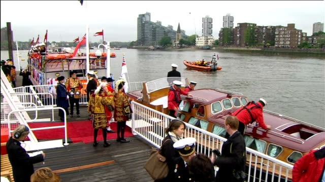 diamond jubilee pageant 2012: 13.30 - 14.00; westminster bridge / boat at chelsea pier awaiting arrival of queen / inflatable along in water / tower... - chelsea manhattan video stock e b–roll