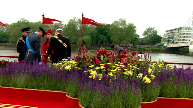 diamond jubilee pageant 2012: 14.30 - 15.00; england: london: river thames: ext gvs: britannia barge / spirit of chartwell moored / royal standard at... - fluss themse stock-videos und b-roll-filmmaterial
