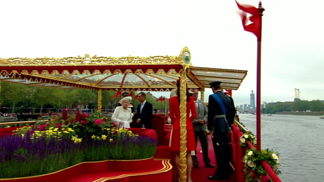 diamond jubilee pageant 2012: 14.30 - 15.00; more queen and prince philip on deck / old military vessels along at putney / queen on board chartwell... - fluss themse stock-videos und b-roll-filmmaterial