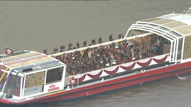 diamond jubilee pageant 2012: 16.30 - 17.00; england: london: river thames: ext / rain guests on spirit of chartwell looking on / t wer bridge and... - fluss themse stock-videos und b-roll-filmmaterial