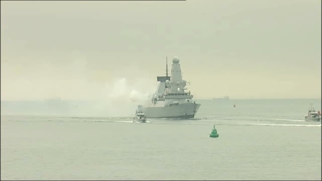 hampshire portsmouth ext 21 gun salute fired from hms diamond as she sails into port crowds watching from harbour - hampshire stock-videos und b-roll-filmmaterial