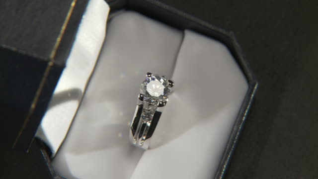 cu, ha, zi, diamond ring in box rotating - schmuck stock-videos und b-roll-filmmaterial