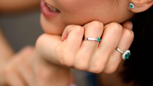 diamant-ring in frauenhand - ohrring stock-videos und b-roll-filmmaterial