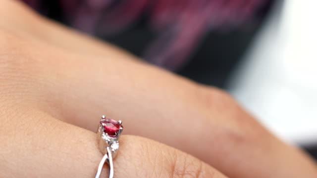 diamantring in frauenhand - menschlicher finger stock-videos und b-roll-filmmaterial