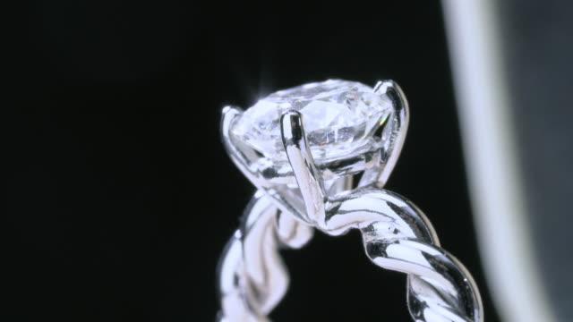 vídeos y material grabado en eventos de stock de anillo de diamantes de ecus girando sobre fondo negro - un solo objeto