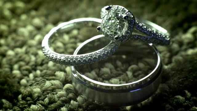 vídeos de stock, filmes e b-roll de anéis de diamante - anel joia