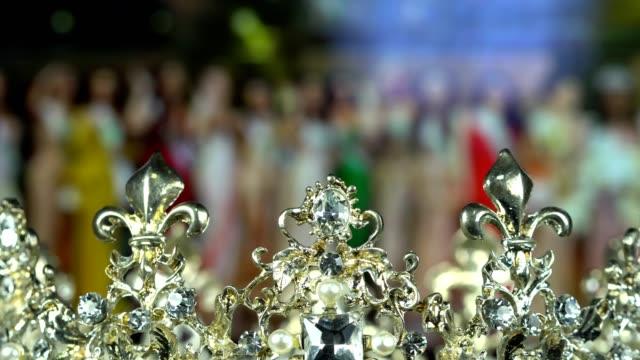 stockvideo's en b-roll-footage met diamond silver crown miss verkiezing schoonheidswedstrijd - parel juwelen
