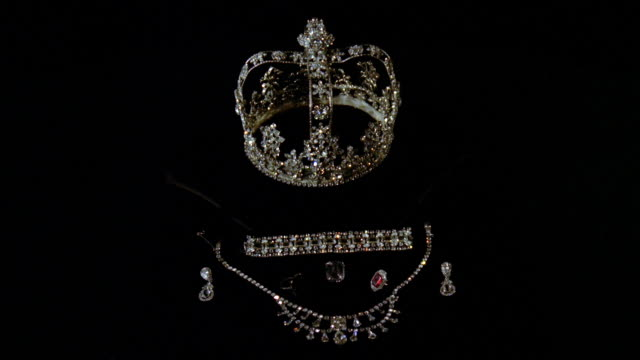 vídeos de stock, filmes e b-roll de ms diamonds,pearls and ruby crown, necklace and earrings on black velvet - realeza